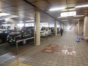 専用レーンで並ぶユニバーサルデザインタクシー
