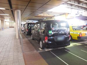 専用レーンで並ぶユニバーサルデザインタクシー(後方から)