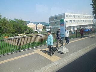 西野福井線をお待ちのお客様。発寒南真駒内線は停まりませんものね…
