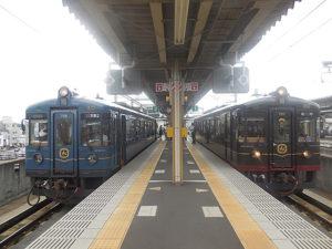 水戸岡デザインの丹鉄列車「あおまつ号(左)とくろまつ号」福知山駅にて。