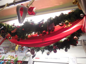 クリスマス仕様の装飾が施された「コカ・コーラ」電車も運行中。