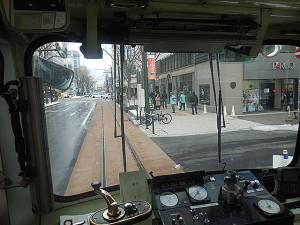 電車は歩道寄りを走ります。(後部から撮影)