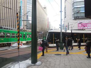 西4丁目交差点ですれ違う、内回り電車と外回り電車。