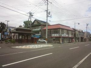 """""""風待食堂""""の看板が掲げられている駅前観光案内所。"""