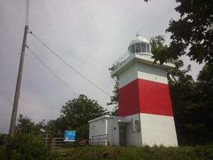 増毛灯台。住宅街の外れにある。