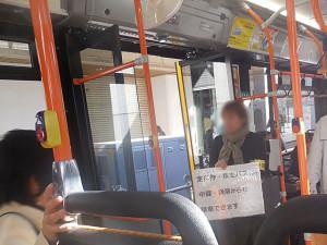 連接車両に2人ずつ乗車している係員。
