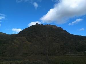 シーニックデッキからの展望。そびえ立つ八剣山(観音岩山)(標高498m) 晴れた!(´▽`)