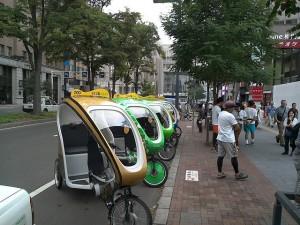 カラフルなベロタクシーが札幌駅前通に勢ぞろい