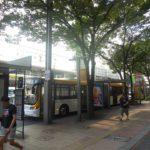 博多駅に停車中の連接バス